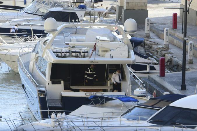 Polícia na Malte prehľadala jachtu podnikateľa, ktorého zatkli v prípade vraždy novinárky