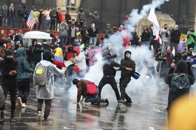 Video: Hlavné mesto Kolumbie sužujú nepokoje, prezident vyhlásil zákaz nočného vychádzania