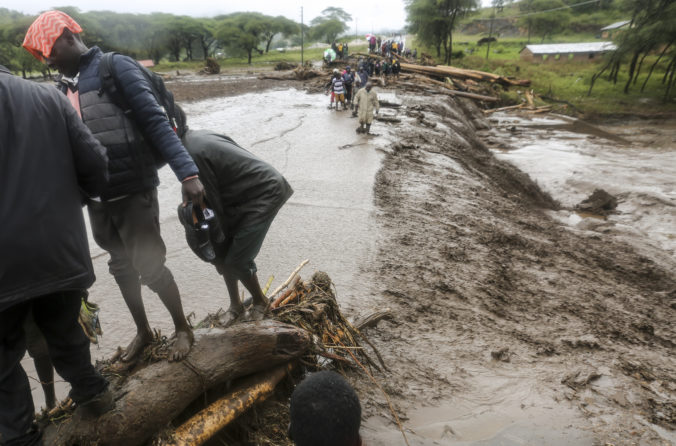 Záplavy a zosuvy pôdy na západe Kene pripravili o život desiatky ľudí