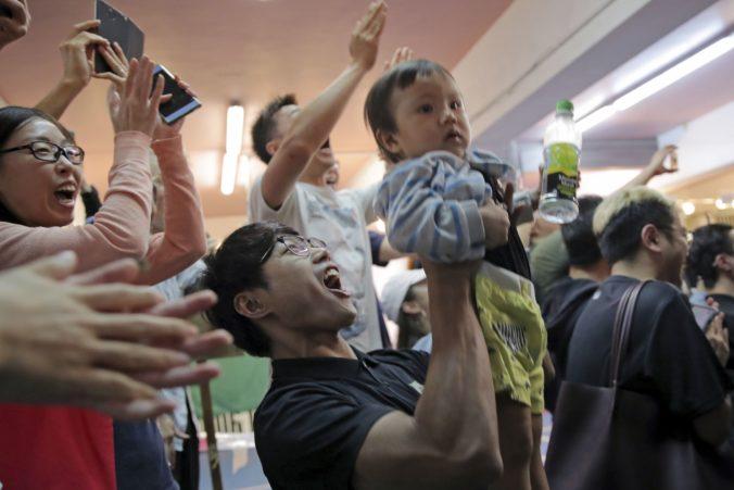 Komunálne voľby v Hongkongu: Prodemokratické hnutie zaznamenalo veľký úspech