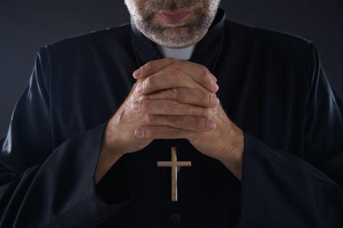 Súd v Argentíne poslal do väzenia dvoch kňazov, zneužívali hluché deti na škole