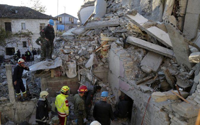 Video: Počet obetí zemetrasenia v Albánsku stúpol, záchranári prehľadávajú trosky budov a hotelov