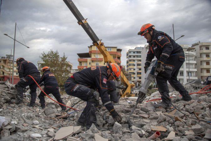 Video: V Albánsku ubúda nádej, že by po zemetrasení našli záchranári pod troskami niekoho živého