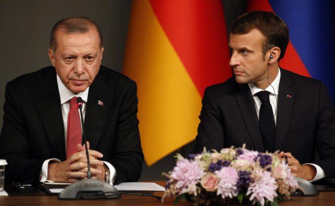 Erdogan ostro skritizoval Macrona, francúzskeho prezidenta tiež označil za neskúseného