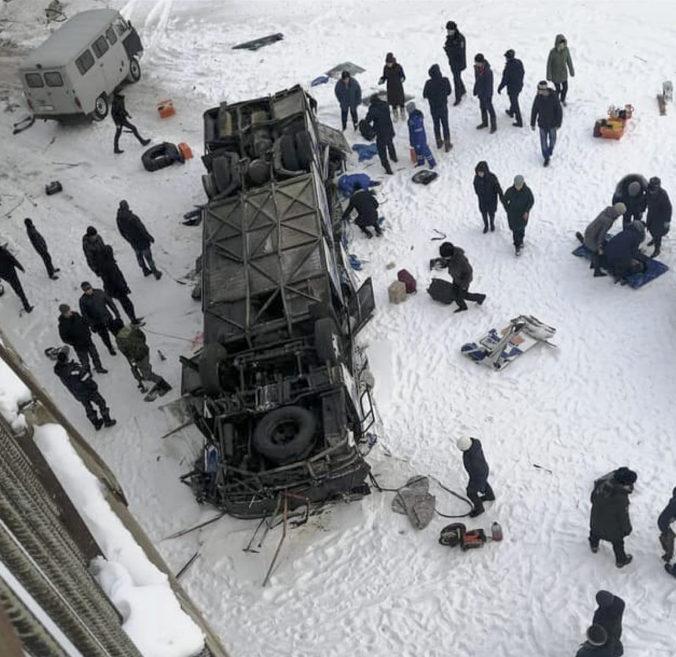 Na Sibíri došlo k vážnej dopravnej nehode, autobus sa zrútil z mosta na zamrznutú rieku