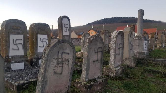 Neznámi vandali posprejovali desiatky židovských hrobov na východe Francúzska