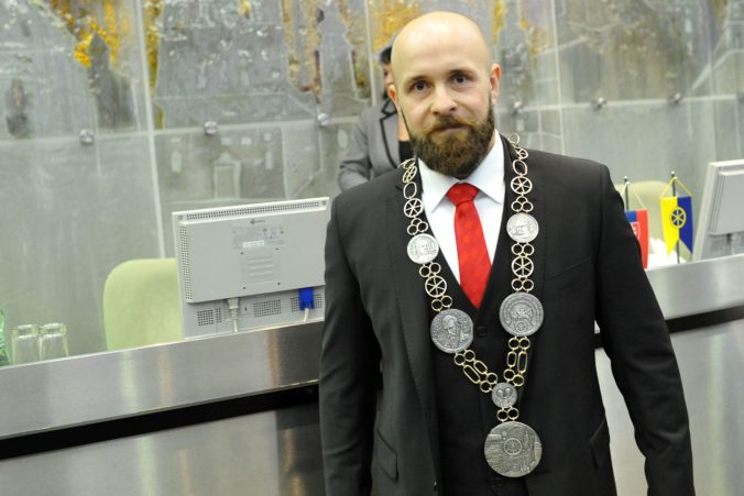 Primátor Bročka bude naďalej zarábať viac ako 5-tisíc eur mesačne, poslanci zníženie odmietli