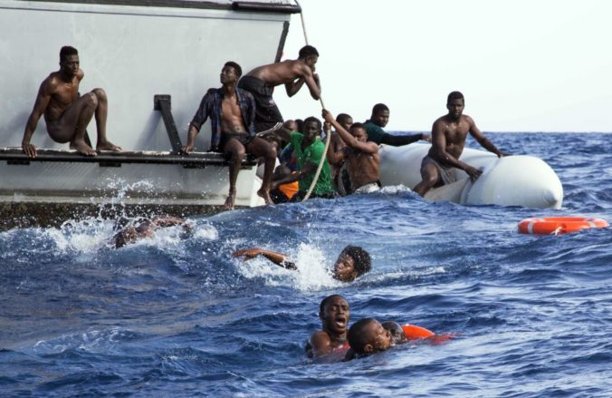 Desiatky migrantov sa do Európy nedoplavili, lodi dochádzalo palivo a prevrátila sa