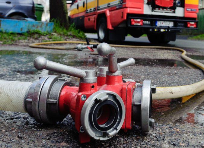 Pri rodinnom dome sa vznietila dielňa, požiar hasilo viac ako desať hasičov