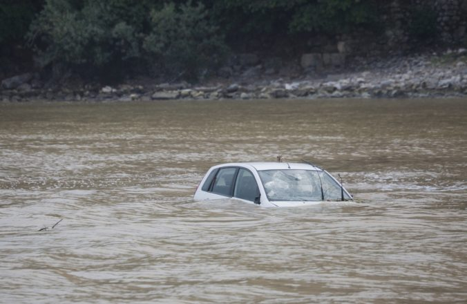 Tínedžer skončil s autom v rieke, život mu zachránila aplikácia Siri