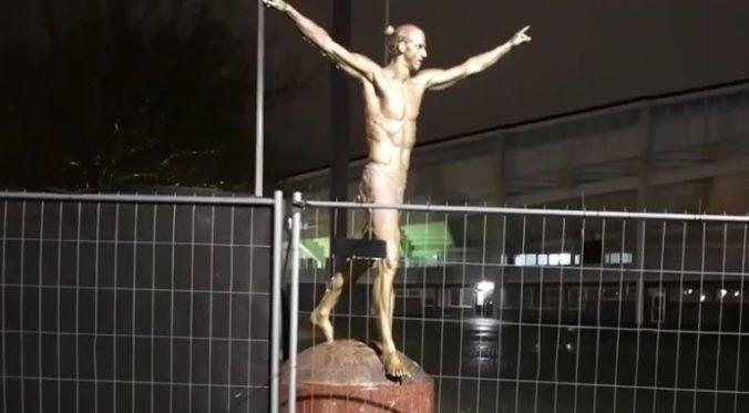 Video: Socha Zlatana Ibrahimoviča sa opäť stala terčom vandalov, zničili jej nohy
