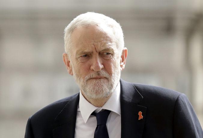 Porazená Labouristická strana pôjde do volieb pod vedením nového lídra, Corbyn odstupuje