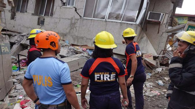 Foto: Filipíny zasiahlo silné zemetrasenie, v meste Padada je poškodených niekoľko budov a dva mosty