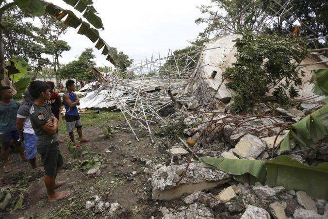 Obetí po zemetrasení na Filipínach pribúda, záchranné tímy prehľadávajú trosky (video)