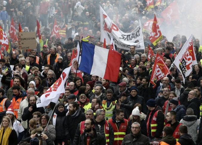 Francúzsko je už 13. deň po sebe na nohách, ľudia štrajkujú proti dôchodkovej reforme (foto)