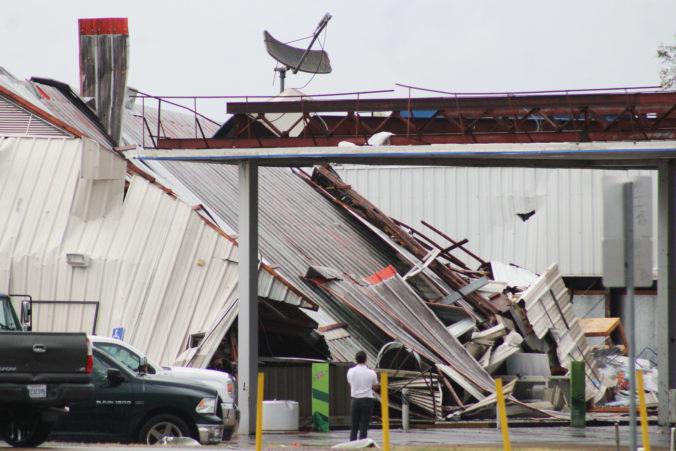 Juhovýchodom USA sa prehnali tornáda, postŕhali strechy domov a zabili niekoľko ľudí (video)