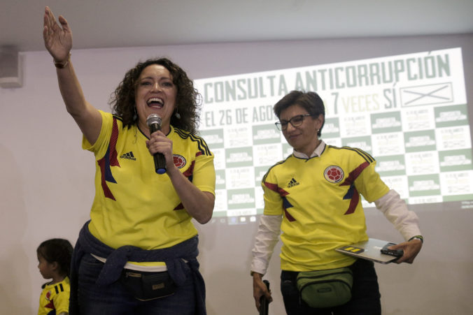 Novozvolená starostka Bogoty sa vydala za svoju partnerku, političku Angélice Lozano
