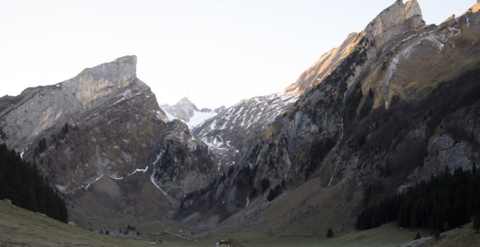 V rakúskych Alpách po nehode zahynul pilot lietadla, jeho dcéry zrútenie prežili