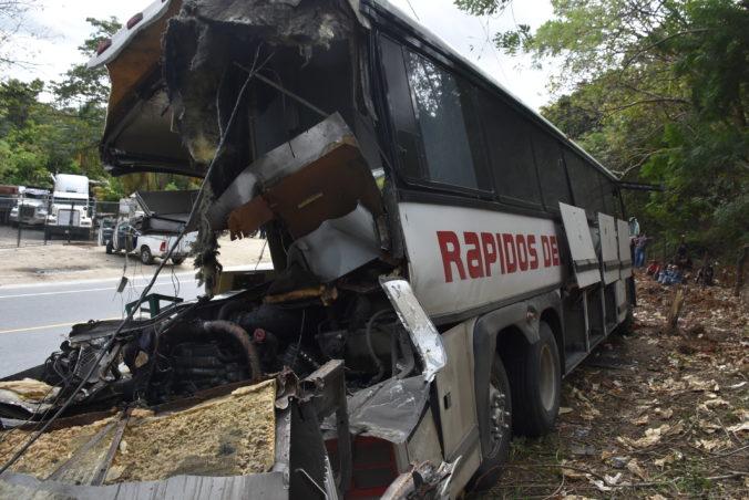 Na východe Guatemaly sa zrazil kamión s autobusom, nehodu neprežilo najmenej dvadsať ľudí