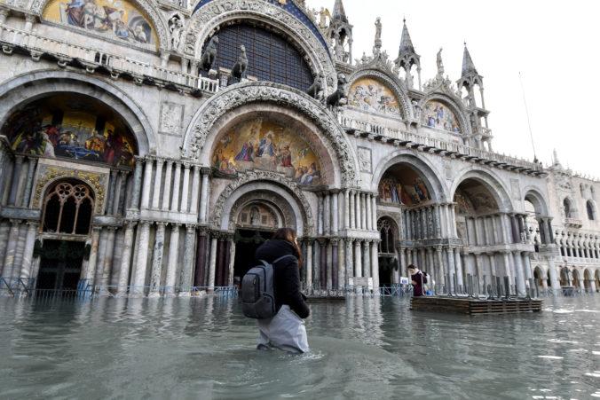 Benátky čelia ďalším intenzívnym záplavám, povodne poškodili domy aj kultúrne dedičstvo (video)