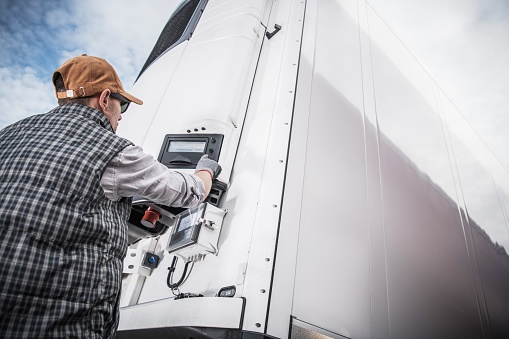 Nemeckí policajti našli na diaľnici v Bavorsku migrantov ukrývajúcich sa v kamióne