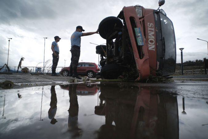 Filipíny bičuje tajfún Phanfone, sprevádzajú ho silné dažde a ničivý vietor (video)