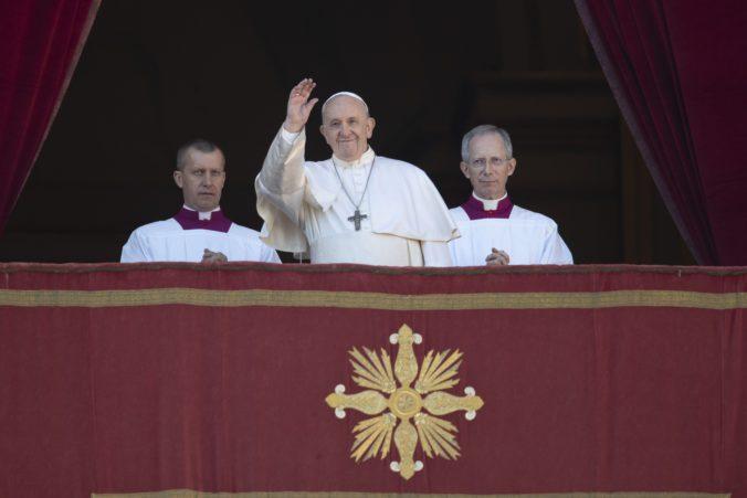 Pápež požehnal Mestu a svetu, modlil sa aj za obmäkčenie tvrdých a sebeckých sŕdc (video)