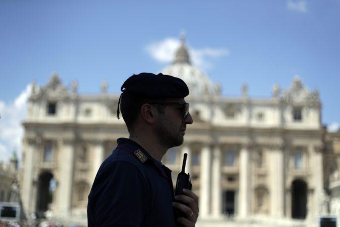 Turista prezlečený za pápeža napadol vo Vatikáne policajtov
