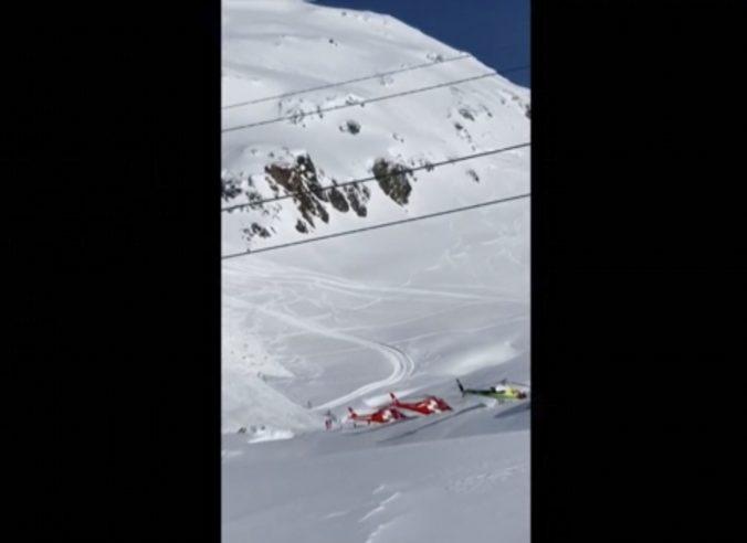 V Alpách spadla lavína, zasiahla aj lyžiarsku trať (video)