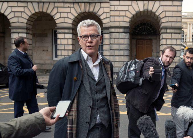 Prominentný britský právnik ubil líšku bejzbalkou, svoj čin zverejnil na sociálnej sieti