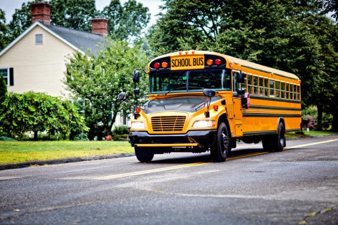 Starý otec si kúpil autobus, aby mohol svoje vnúčatá voziť do školy