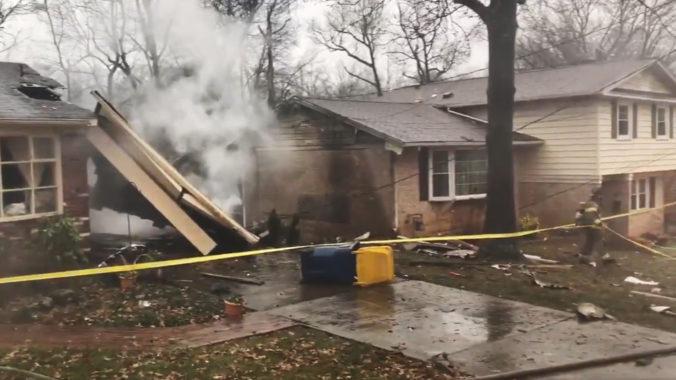 Lietadlo zasiahlo prístrešok pri rodinnom dome a po dopade sa rozpadlo (video)