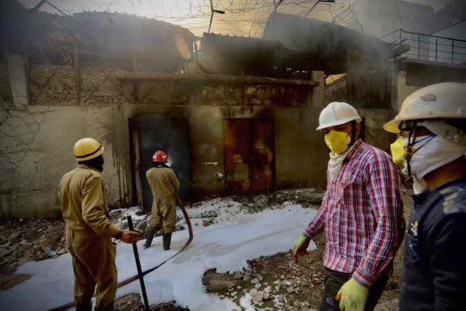 Po požiari v továrni na výrobu batérií v Naí Dillí sa budova zrútila