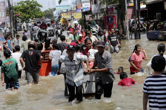 Záplavy v Indonézii paralyzovali dopravu, spôsobili zosuvy pôdy a vyhnali ľudí z domovov