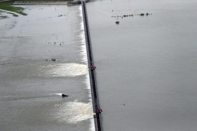 Prudké dažde zasiahli niekoľko štátov na juhu USA, ľudí ohrozujú povodne