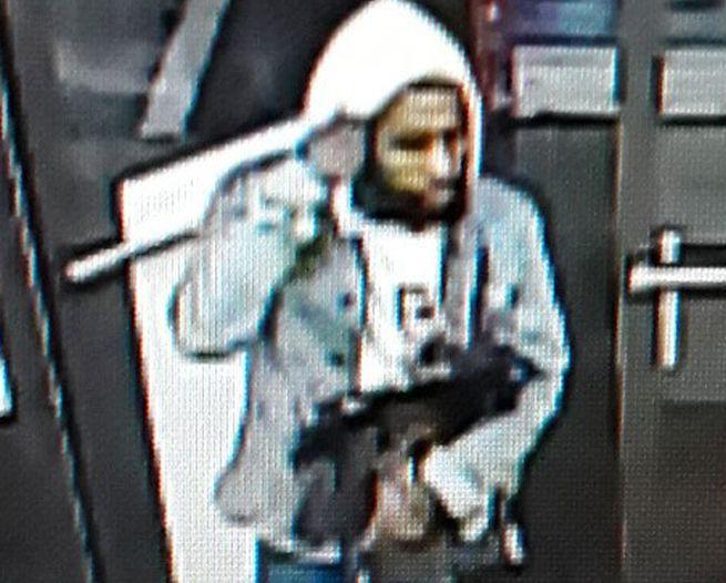 Muž nechal v obchode tašky s drogami, zbraňou aj peniazmi, zachytila ho kamera (foto)