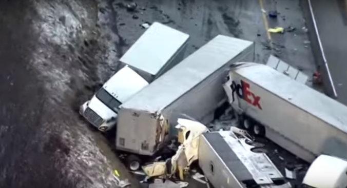Tragickú nehodu autobusu, nákladných áut a auta v Pennsylvánii neprežilo niekoľko osôb (video)