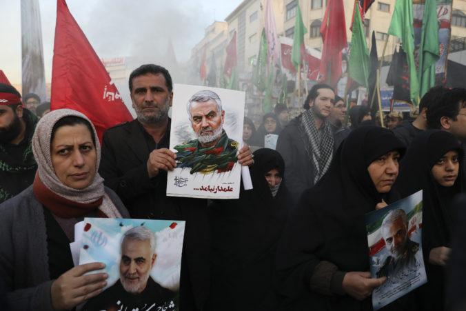 Ulice Teheránu zaplnili tisícky ľudí, prišli sa rozlúčiť so zabitým generálom Solejmáním