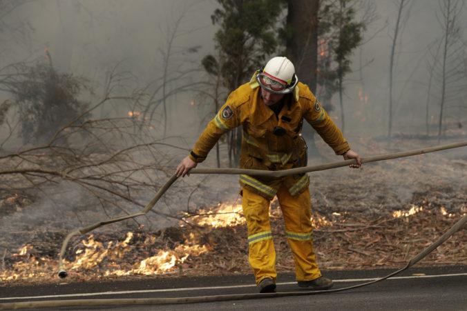 Lesné požiare v Austrálii zničili už stovky domov a zabili milióny zvierat (video+foto)