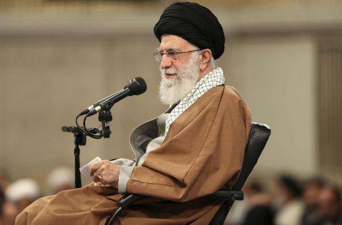 Američania dostali facku do tváre, ale vojenská akcia nestačí, okomentoval Chameneí útok v Iraku