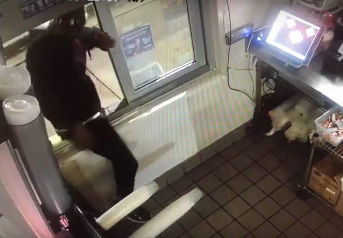 Zlodej išiel kradnúť elektroniku, ale vlámal sa do fast foodu a zdriemol si (video)