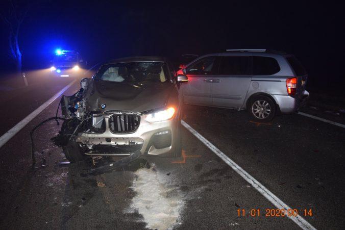 Foto: Vodič BMW narazil do odstavených áut na ceste, pracovník odťahovky utrpel vážne zranenia