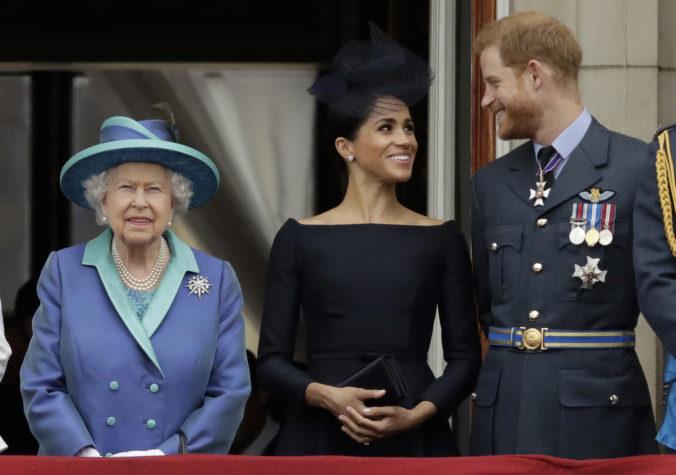 Zronenie britskej kráľovnej je údajne neúprimné, s Harrym a Meghan do budúcnosti nerátala