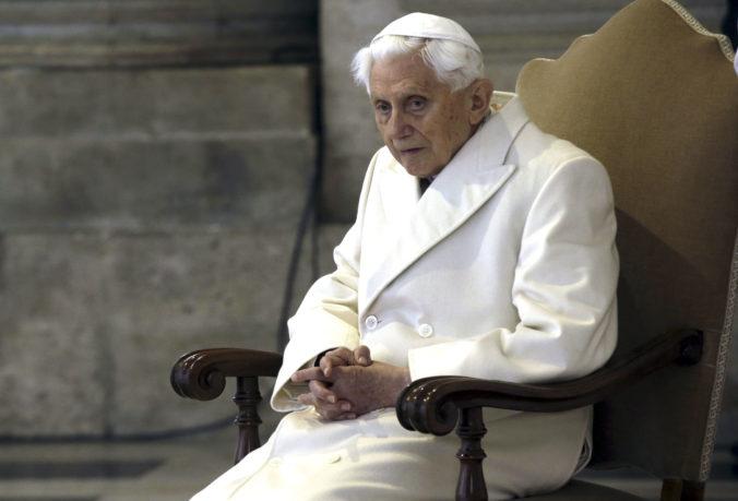Nedá sa vykonávať kňazstvo a manželstvo súčasne, varuje emeritný pápež Benedikt XVI.