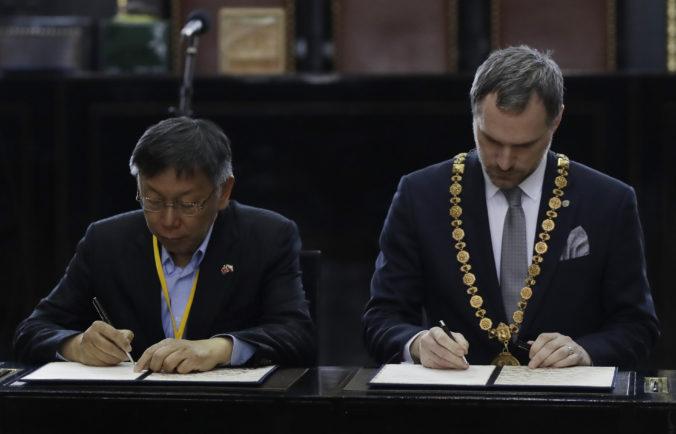 Pražský primátor podpísal partnerskú zmluvu s Tchaj-pejom, čínskych vyhrážok sa nebojí