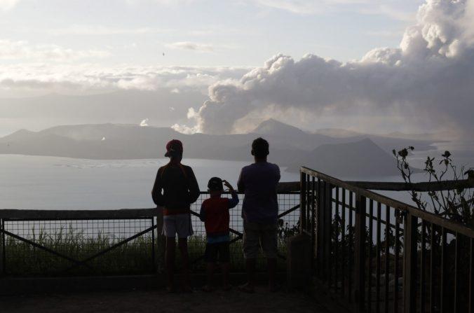 Desaťtisíce ľudí evakuovali z okolia sopky Taal, vedci očakávajú veľkú erupciu