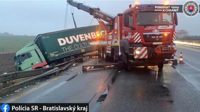 Na diaľnici D1 v smere do Bratislavy sú rozsiahle kolóny, premávku ochromila nehoda (foto)