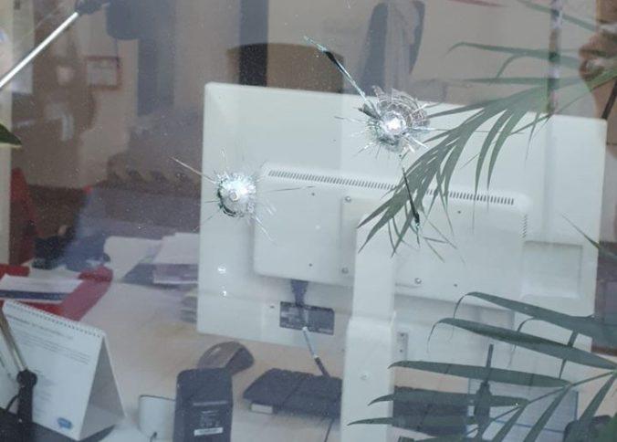 Nemecký poslanec čiernej pleti našiel na oknách svojej kancelárie diery po strelách