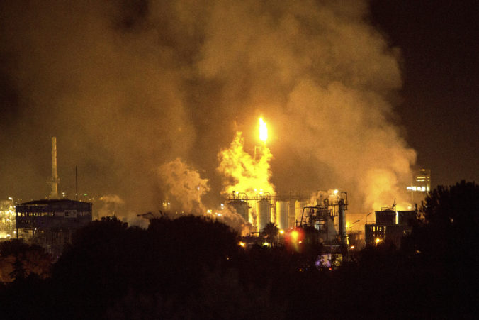 Výbuch v petrochemickej továrni bol extrémne silný, zabil človeka vzdialeného tri kilometre (video)