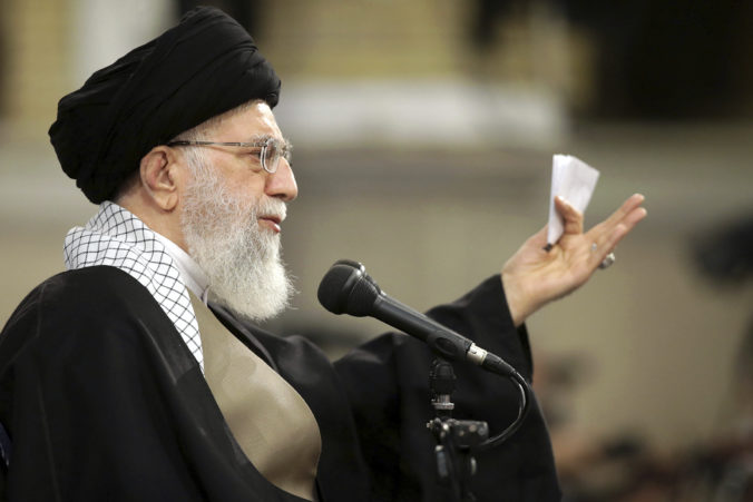 """Trump je klaun, vyhlásil Chameneí na modlitbách. Jeho reč prerušovali aj výkriky """"Smrť Amerike"""""""
